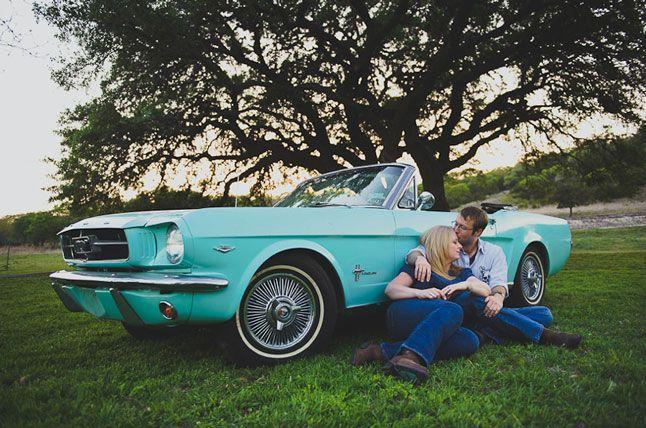 Couple en escapade en voiture de collection