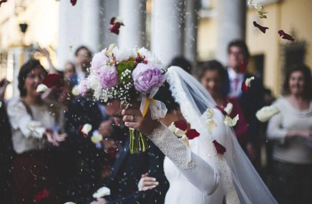 Mariée avec bouquet de fleur