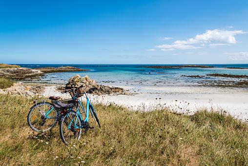 Photographie de la mer du Golf du Morbihan avec vélos