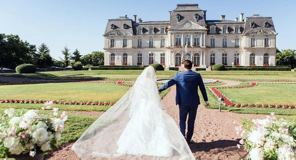 Couple mariés devant château